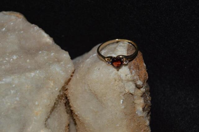 LADIES 10KT /GOLD/DIAMOND/GARNET HEART SHAPE/RING(1.5 GRAMS)SIZE 7.5