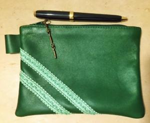 Pochette-cuir-vert-sapin-avec-ruban-fantaisie