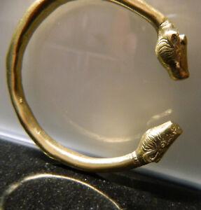 Tragbarer-keltischer-Bronzearmreif-GOLDGLANZ-mit-Drachenkoepfen-vorchristlich