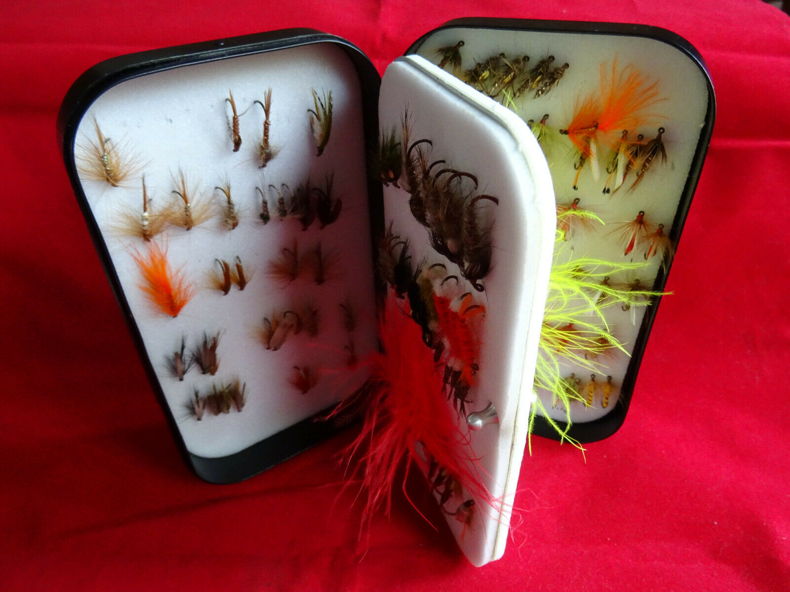 A GOOD LARGE VINTAGE WHEATLEY SWINGLEAF FLY FISHING BOX + FLIES