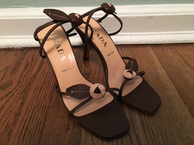En Prada -sandal med höga klackar.Nytt i lådan.Storlek 38.5.Lugna kvinnor.Bspringaaa med bågar.