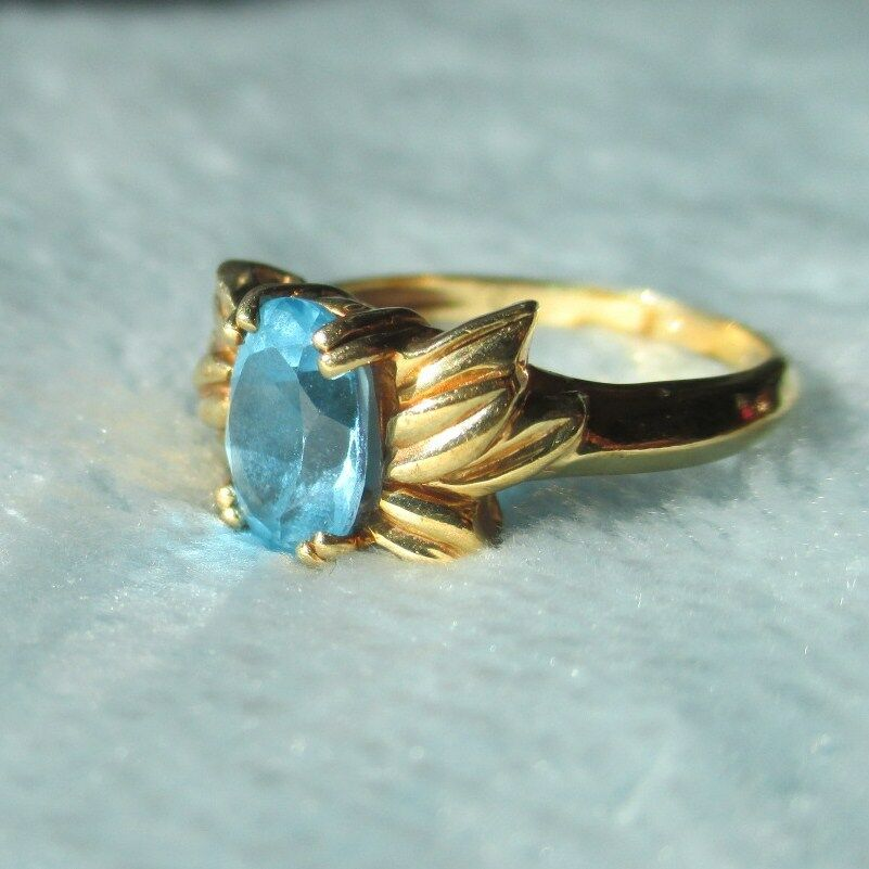 Beautiful 10kt gold ring with bluee Topaz. Nice large oval bright bluee topaz