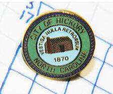 NORTH CAROLINA HICKORY LOG CABIN VINTAGE SOUVENIR GREEN BLUE METAL HAT LAPEL PIN