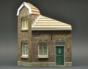 DioDump-DD073-Dutch-corner-house-Oosterbeek-1-35-scale-PLASTER-diorama-model