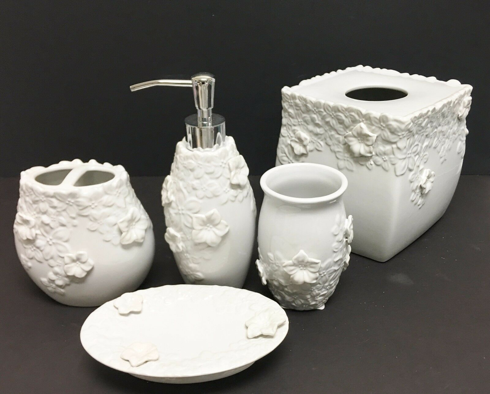 NEW 5 PC SET Weiß 3D FLORAL CERAMIC SOAP DISPENSER,NAPKIN,DISH,TUMBLER,TOOTHBRU