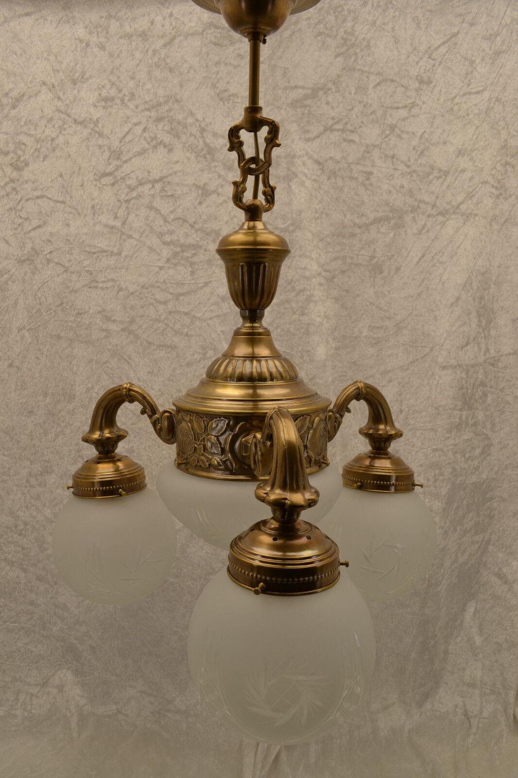 Kronleuchter Messing 4 flammig.   mit Porzellanfassungen und Kristallglas