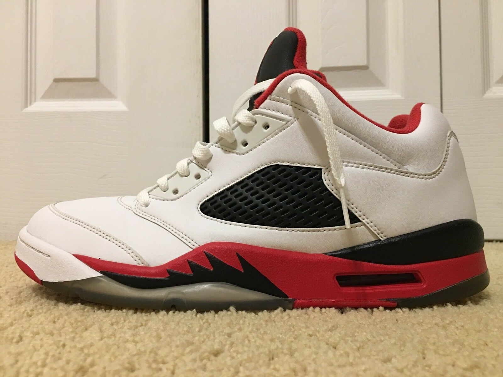 Nike air jordan v 5 retro - niedrig, 819171-101, weiße / feuer rot / schwarz, männer - größe.