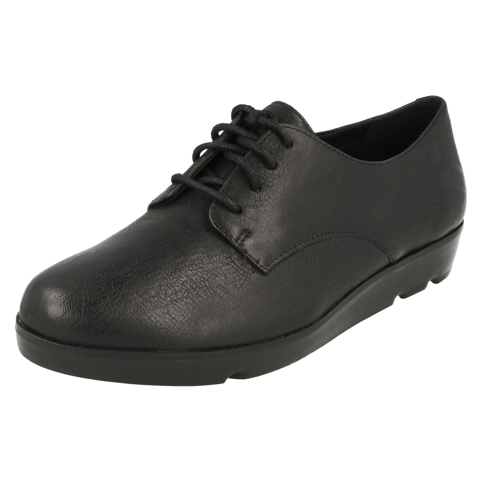 Donna CLARKS scarpe in (larghezza pelle nera Evie FIOCCO (larghezza in D) 6e8f06