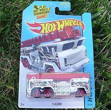 WHITE 5 Alarm Fire Truck. HW City ~ 2015. CFH71. New in Blister Pack!