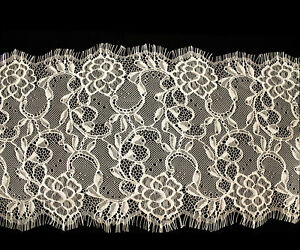 L29-Vintage-Lace-Embroidered-with-Scalloped-Edge-Eyelash-Trim-in-Beige-3-Meters