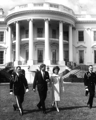 KENNEDY /& FIRST LADY JACKIE ON THE WHITE HOUSE LAWN  8X10 PHOTO JOHN F ZZ-502