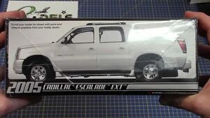 AMT-2005-Cadillac-Escalade-EXT-MODEL-KIT-new-in-the-box-680