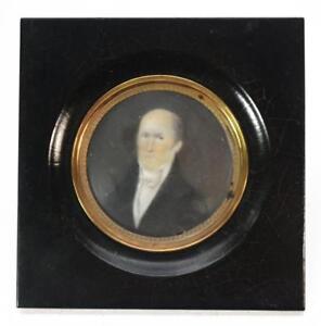 Miniature-portrait-gentilhomme-en-medaillon-cadre-noirci-XIXeme