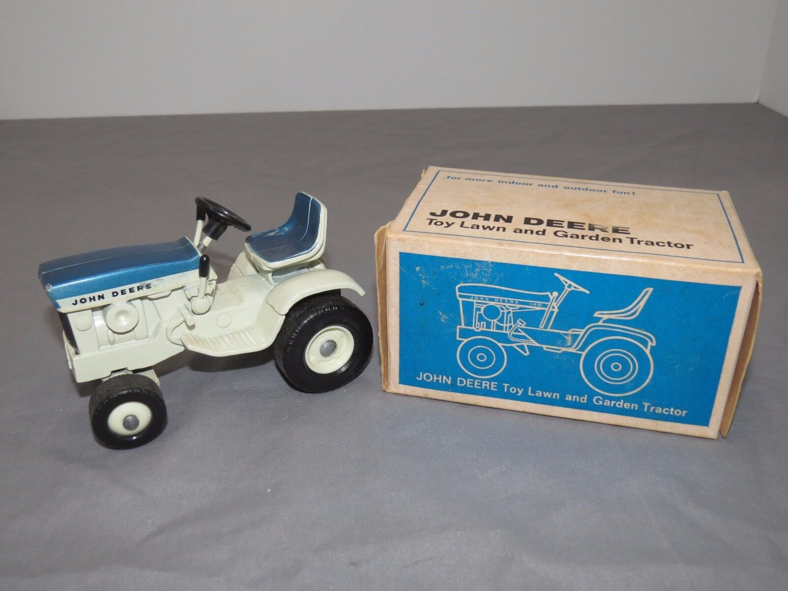 Vintage John Deere 140 Patio Pelouse Jardin tracteur ERTL New in box RARE Bleu 1 16