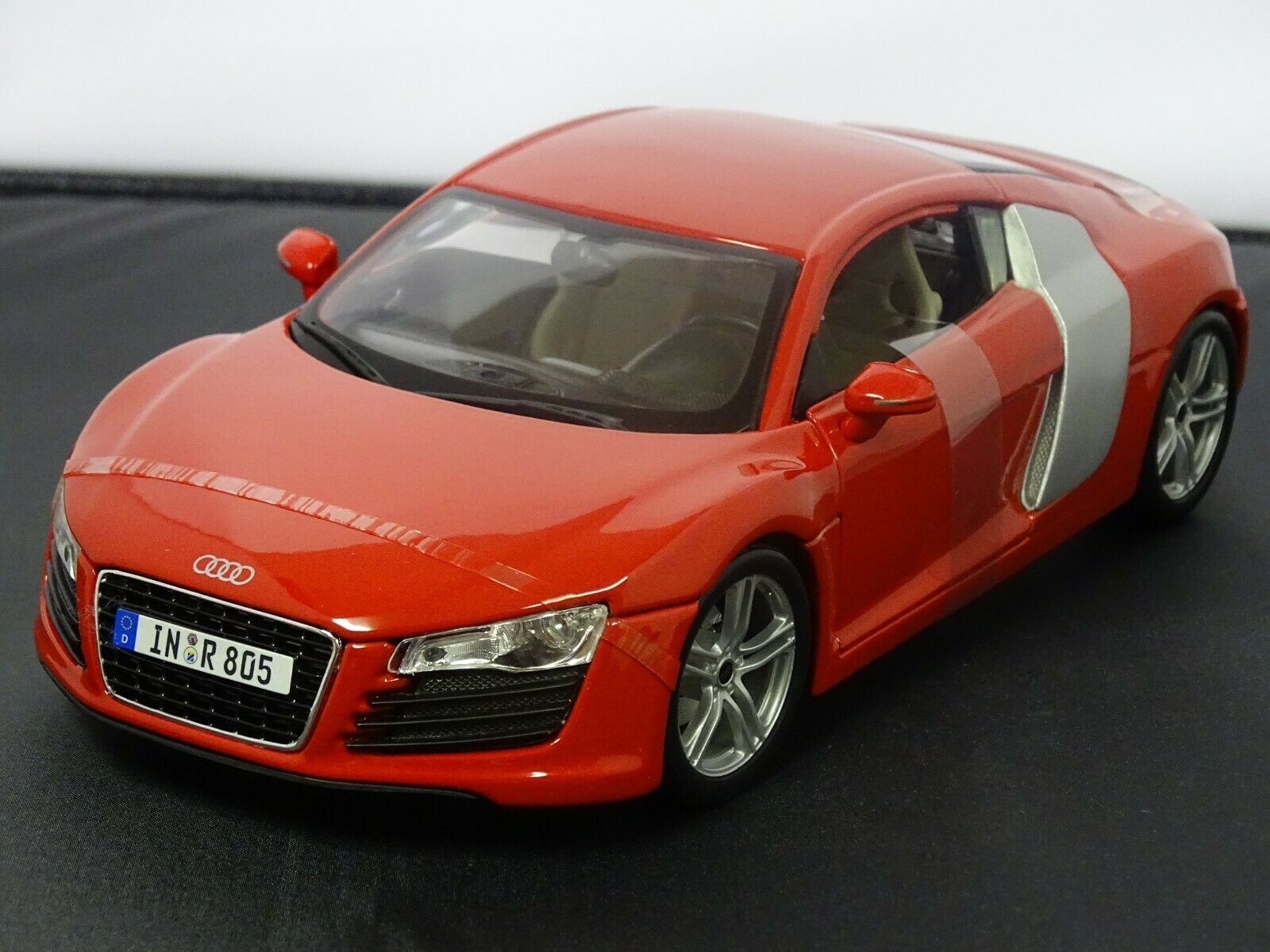 AUDI R8 COUPE rot DIECAST MODEL SUPERB DETAIL 1 18 SCALE
