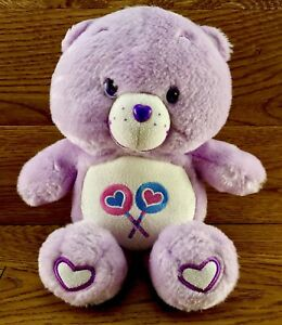 Care-Bear-SHARE-BEAR-LOLLIPOPS-BADGE-Viola-Giocattolo-Morbido-Giocattolo-Peluche-Teddy-da-collezione