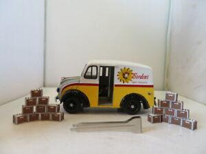 Danbury Mint 1950 Borden's Milk Truck 1/24 Die Cast /Bottles