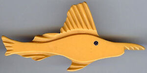 VINTAGE-BUTTERSCOTCH-CARVED-BAKELITE-SWORDFISH-FISH-PIN-BROOCH