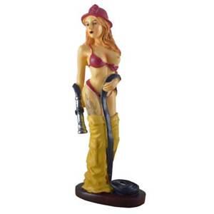 Sexy Feuerwehrfrau mit Helm