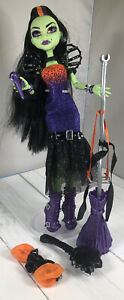 Monster-High-CASTA-FIERCE-doll-witch-W-Microphone-Broom-Brush-Pants