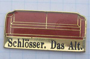 SCHLOSSER-DAS-ALT-ROTES-SOFA-DUSSELDORF-Bier-Pin-112b