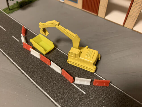 N Scale JCB Style Digger With Skip /& Barriers N Guage