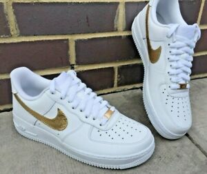 Dettagli su Nike Air Force 1, Custom Design, 24k ORO FOGLIA Nike tick & LACE LOCKS!!! mostra il titolo originale