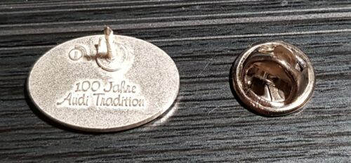 Maße 21x16mm Audi Horch Pin rot mit Stempel 100 Jahre Audi Tradition