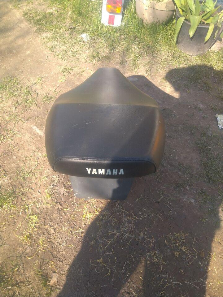 Sæde med hjelm kasse