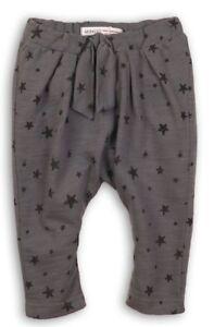 Minoti pantalon forme sarouel gris motif étoiles noires fille 1 à 3 ans