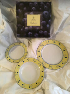 Royal-Doulton-Blueberry-NEW-BOXED-3-Piece-Dinner-Set-Dinner-Salad-Soup-Bowl-etc