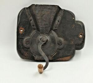 Kaffeemuehle-Antik-um-1780-Eisen-Wandhalterung-aus-Holz-funktionshaehig