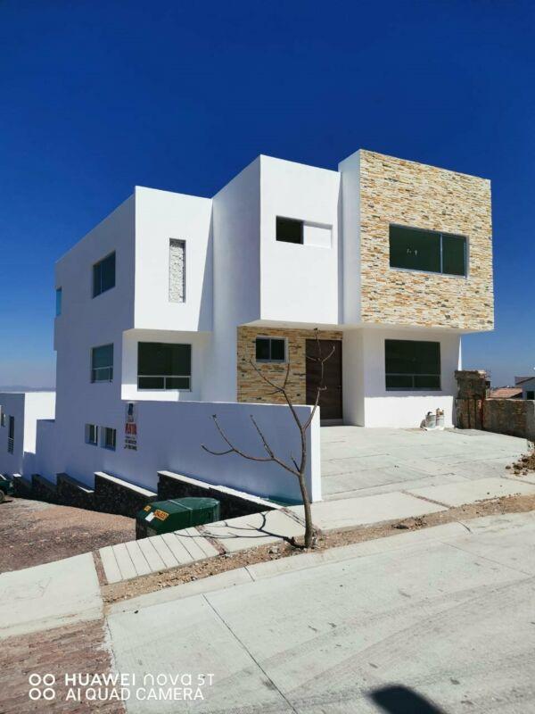 Casa en venta con sótano en Valle Tinto