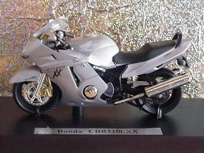 Motorrad Modell 1:18 Honda CBR 600 F 4 i silber schwarz Maisto