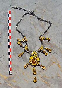 Collier-pectoral-reglable-metal-et-motifs-floraux-jaunes-longueur-maximale