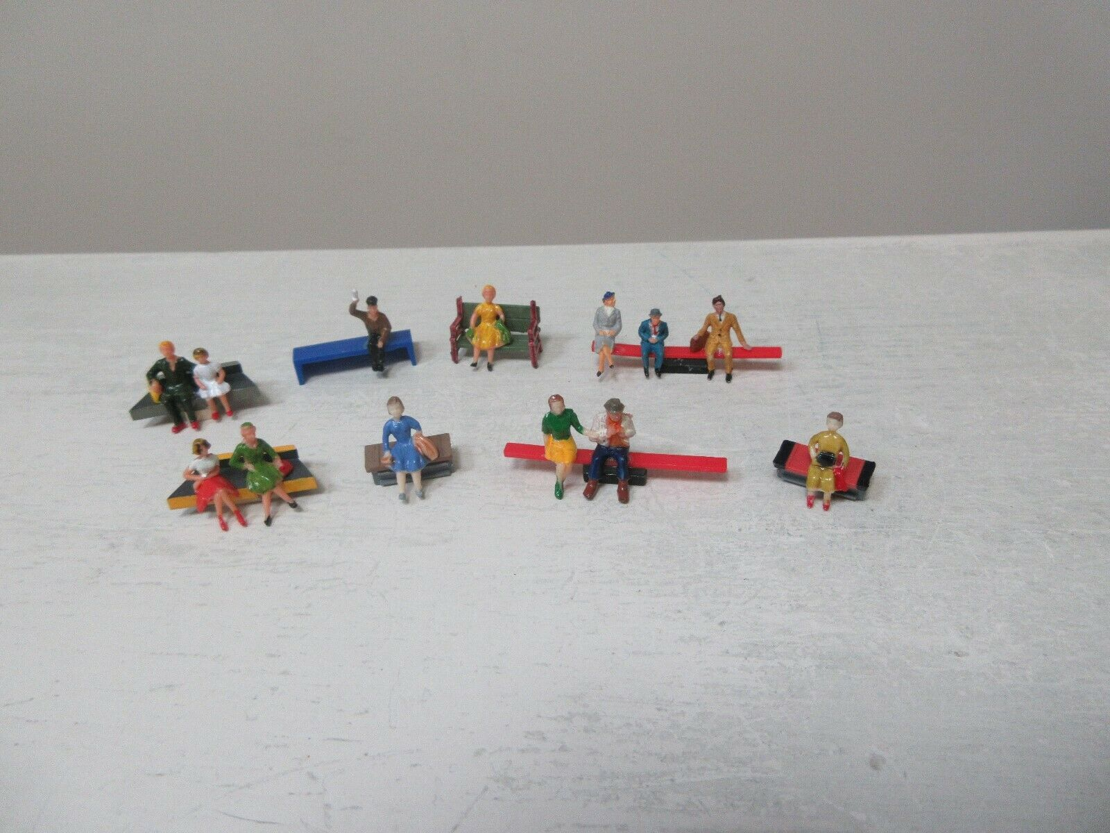 HO Scale , CUSTOM MADE , People Sitting On Benches , Lo