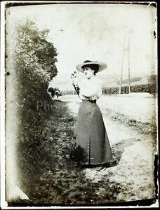 Femme-au-Chien-Chapeau-Mode-c1900-Photo-Vintage-Plaque-Verre-VR6L6