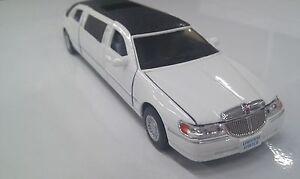 Lincoln-Town-AUTO-LUNGA-Limousine-bianco-giocattolo-modello-in-metallo-NUOVO