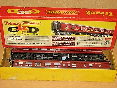 Cordiale Tri-ang Railways R.383 Pair Of Brake 2nd Coaches Maroon Livery 35115/6 Boxed Guidare Un Commercio Ruggente