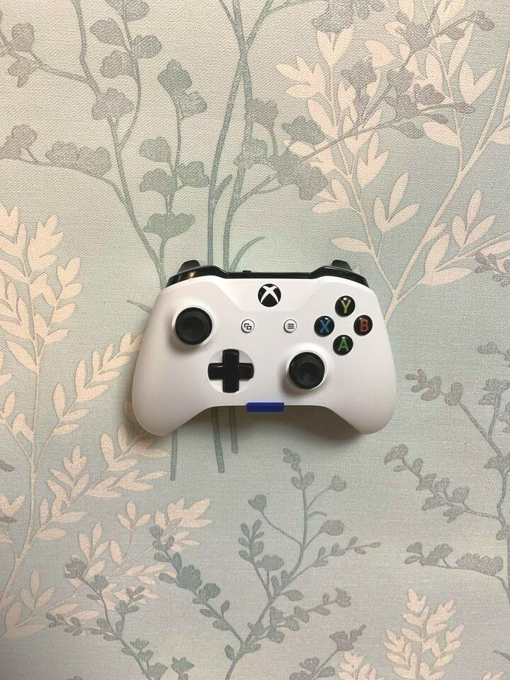 Xbox One / S / X / Series X Controller Wall Bracket Floating Mount Holder Stand