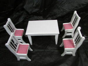 Town-Square-Miniatures-5-Pc-Table-Chair-Set-Red-White-Cushions-T6340-1-12-Scale