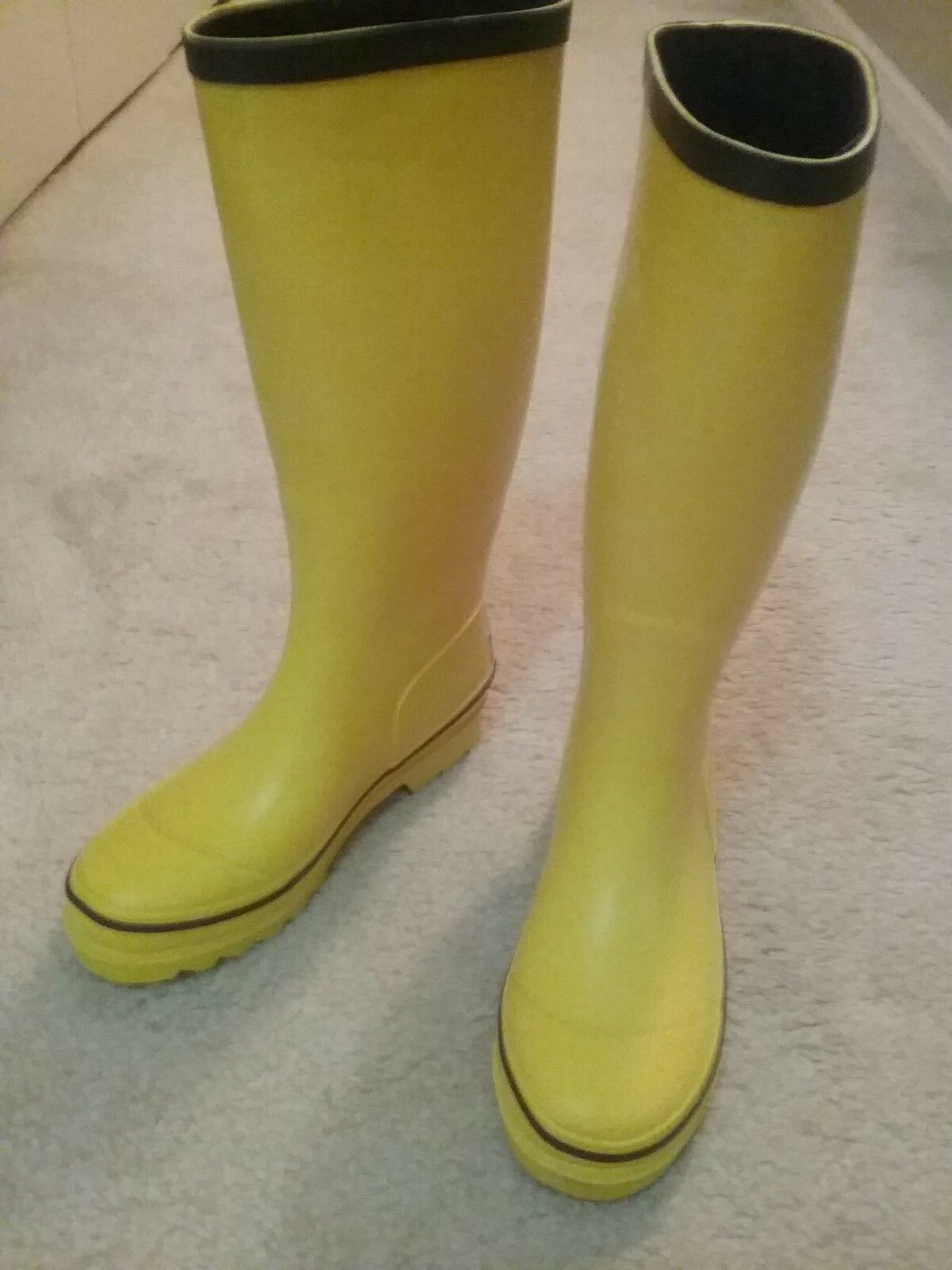 Vineyard Women new sunny yellow and navy blue rim rain boots size 6