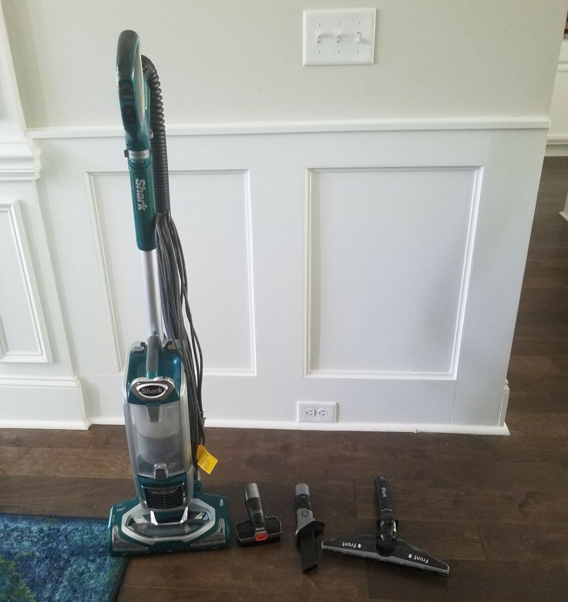 VACUUM Shark redator LIFT MODEL NV681 GREEN, NEW AND LIGHTLY USED WORKS AWESOME