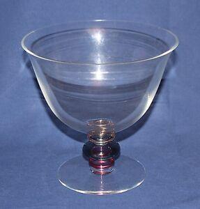 Grande coupe en cristal - France - Elegante coupe en cristal, diametre 17,5 cm, hauteur 18 cm.Parfaite pour faire un pot-pourri ou un vide poche.Petit éclat sur le bord, visible sur la photo - France