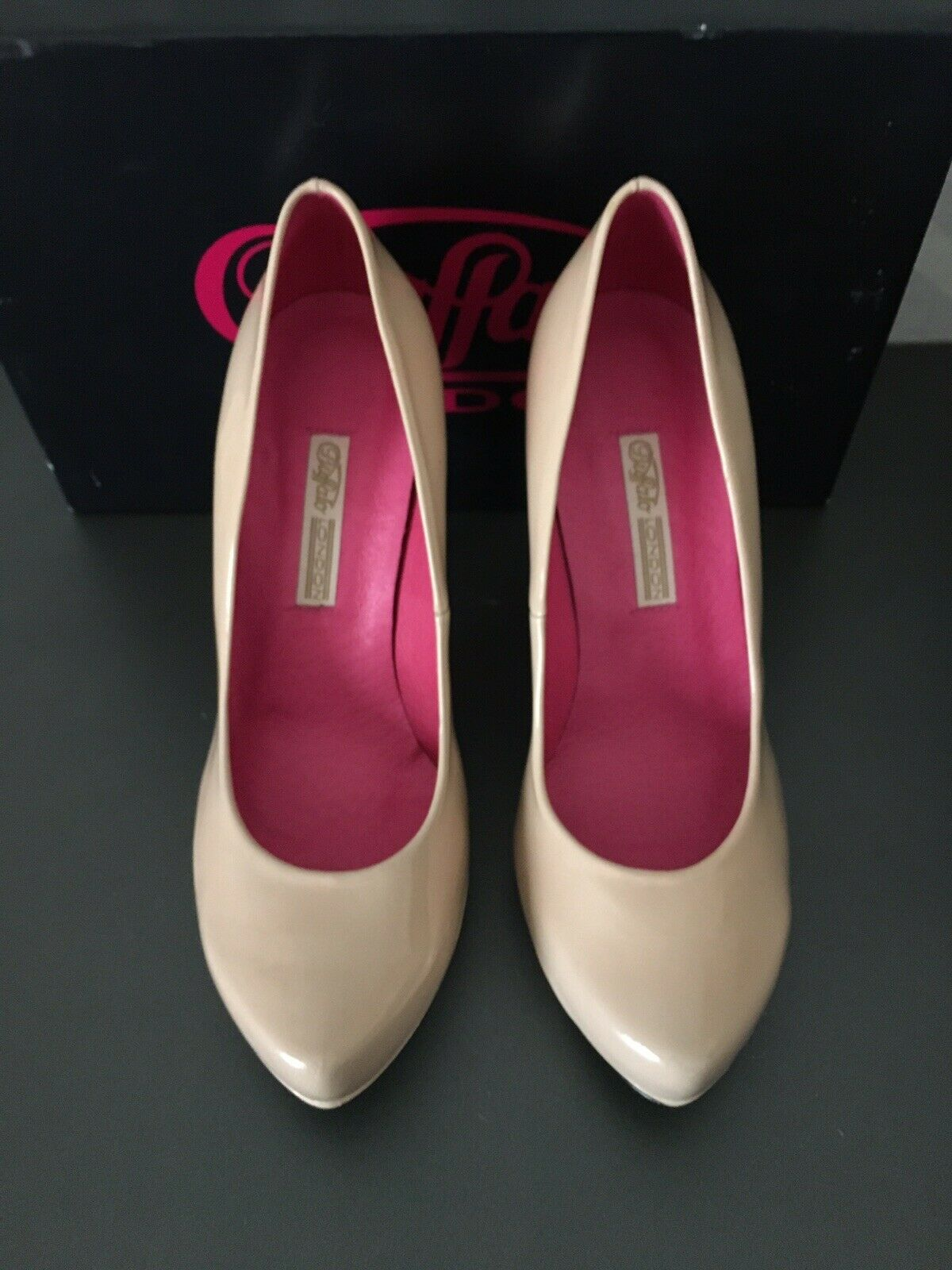 Buffalo London Pumps Karton im NEU Beige Lack Plateau