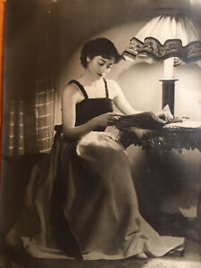 Originale Grande Et Belle Photo Femme Lecture-