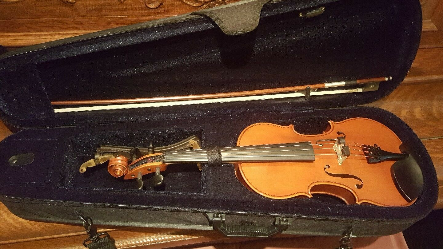4 4 Violin no Brand in excellent condition.Bow, Case, Rosin and Cloth