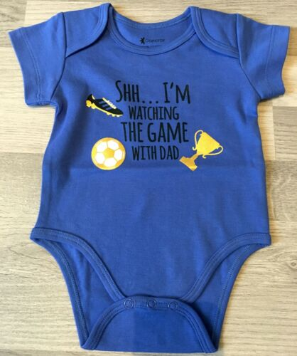 NEW BABY FOOTBALL I/'M WATCHING THE GAME WITH DAD BLUE BABY ROMPER BODYSUIT GOLD