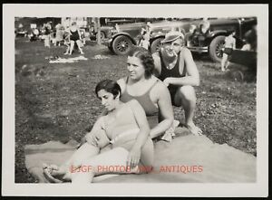 C. 1920S FOUND PHOTO LADIES EMBRACING LESBIAN INT CANDID AMATEUR SNAPSHOT GAY