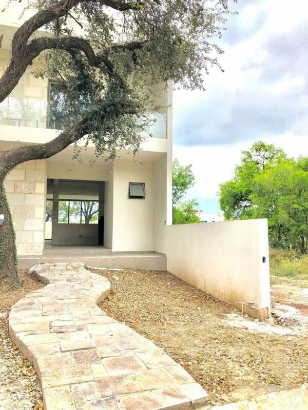 Casa Carretera Nacional Privada de 4 recámaras 1 en Planta Baja Jardín / House Private ...